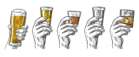 남성 손을 잡고 맥주, 데 킬 라, 보드카, 럼, 위스키와 얼음 조각 유리합니다. 빈티지 벡터 조각 레이블, 포스터, 초대장에 파티와 생일에 대 한 그림. 일러스트