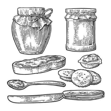 Jar, lepel, mes en boterham met jam. Geïsoleerd op een witte achtergrond. Vector zwarte gravure illustratie voor het menu