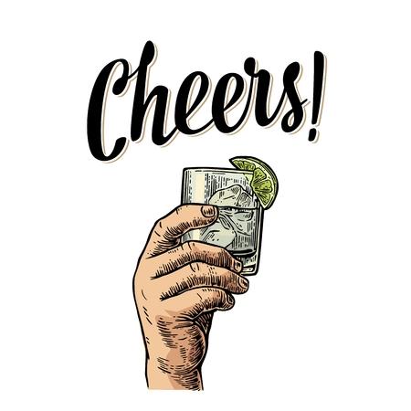 Mano masculina que sostiene un vaso con ginebra, limón y cubitos de hielo. ¡Salud brindan por las letras. ilustración de la vendimia grabado de color del vector para la etiqueta, el cartel, invitación a una fiesta. Aislado en el fondo blanco.