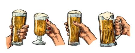 Mains d'homme et femme tenant et tinter avec verre de bière. Illustration de gravure vintage pour le web, affiche, invitation à faire la fête. Isolé sur fond blanc Vecteurs