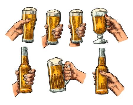男性と女性の手を持ち、ビールのガラスをチリンとボトルします。