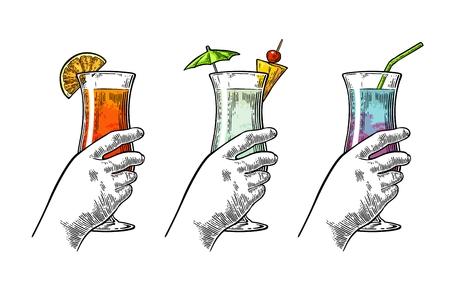Mano femminile che tiene un bicchieri di cocktail. Incisione vettoriale vintage Archivio Fotografico - 78602843