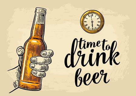 Main masculine tenant la bière de la bouteille et des montres de poche anciennes Banque d'images - 79260453
