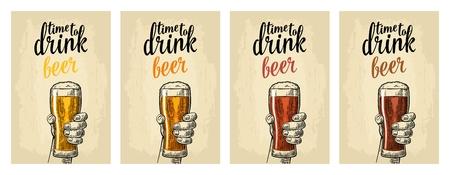 Main masculine tenant un verre avec quatre types de bière. Banque d'images - 81103930