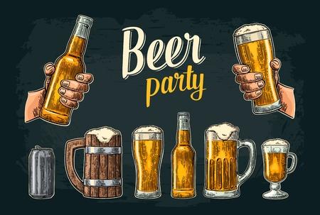 Deux mains tenant le verre de bière et une bouteille. Banque d'images - 86475845