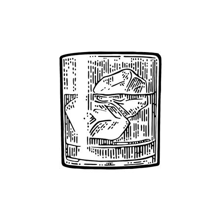氷とウィスキー グラス。