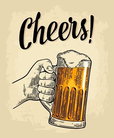 Männliche Hand hält ein volles Bierglas mit Schaum