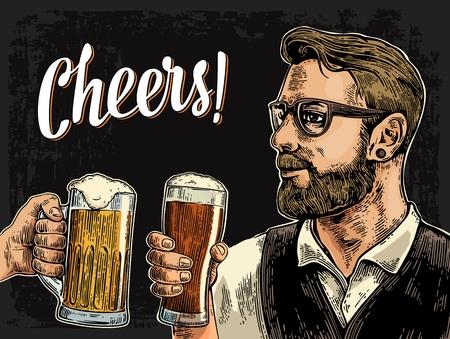 Hipster tenant le verre de bière et tinter. Bravo lettrage toast. Illustration de gravure de couleur Vintage vector pour le web, affiche, invitation à faire la fête. Isolé sur fond sombre