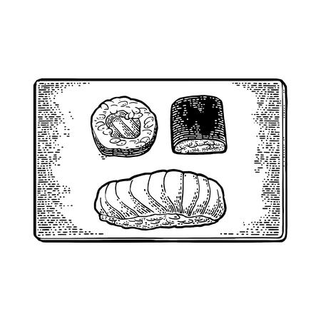 물고기와 생선 초밥 스시와 캐 비아와 nori, 쌀, 연어 나무 보드에 롤. 흰색 배경에 고립. 웹, 포스터, 메뉴에 대 한 빈티지 검은 벡터 조각 그림.
