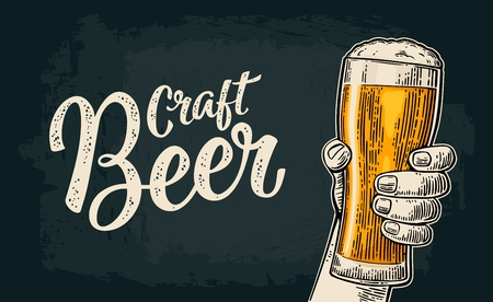 ビール グラスを持っている男性の手。クラフト ビール カリグラフィの文字。ヴィンテージ色ベクトル祭パーティーへの招待状やポスター web 用イラ  イラスト・ベクター素材
