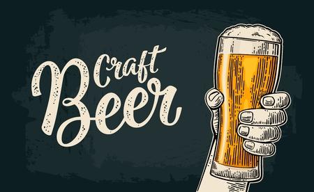 Mannelijke hand die een bierglas houdt. Craft Beer kalligrafische letters. Vintage kleur vector gravure illustratie voor het web, poster, uitnodiging voor feest of festival. Geïsoleerd op donkere achtergrond
