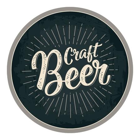 Craft Beer kalligrafische letters met stralen. Reclameontwerp voor kustvaarder. Vector uitstekende gravureillustratie op donkere cirkel Stockfoto - 91755130