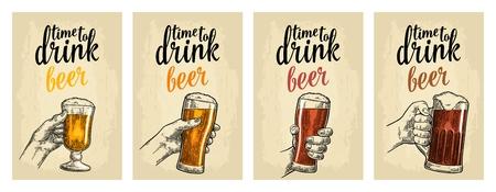 Mains mâles et femelles tenant un verre avec quatre types de bière - légère, blanche, rouge et foncée. Vintage vector illustration de gravure pour web, affiches, invitation à la fête. Isolé sur fond beige Vecteurs