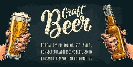 Mannelijke hand die een glas en een fles houdt. Craft beer kalligrafische letters vintage kleur vector gravure illustratie voor het web, poster, uitnodiging voor feest of festival geïsoleerd op donkere achtergrond.