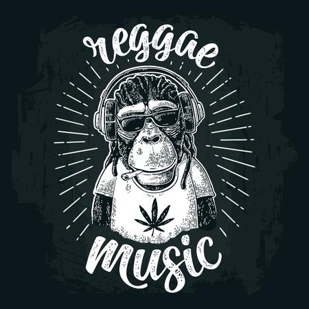 Aap hipster met dreadlocks in hoofdtelefoons, zonnebril en t-shirt.
