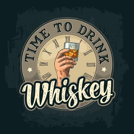 Mâle main tenant un verre de whisky et de glaçons.