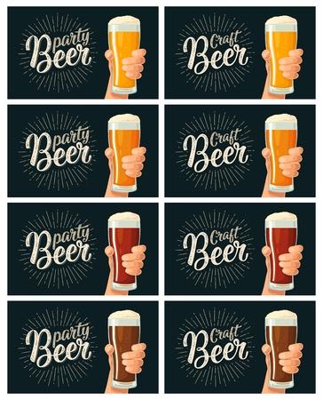 Mâle main tenant un verre avec quatre types de bière - léger, blanc, rouge et foncé Vecteurs