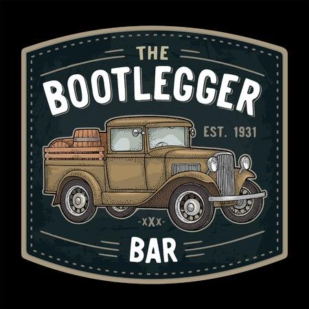 Camioneta retro con barril de madera. Vista lateral. Letra de barra THE Bootlegger. Ilustración de grabado de color vintage. Aislado sobre fondo oscuro. Elemento de diseño dibujado a mano para etiqueta, letrero, cartel