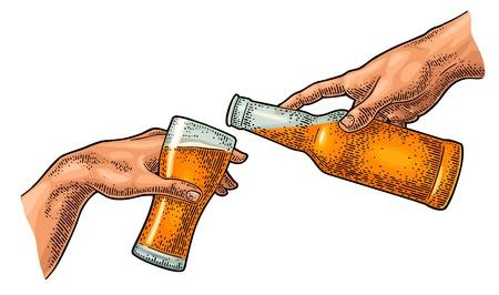Männlicher Finger, der Bier aus der Flasche ins Glas gießt. Die Erschaffung Adams.