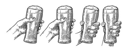 Mains d'homme et de femme tenant et tintant avec un verre à bière. Illustration de gravure noire vectorielle vintage pour le web, affiche, invitation à faire la fête. Isolé sur fond blanc.
