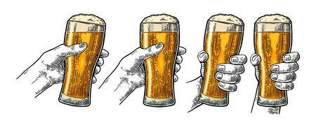 Mains d'homme et de femme tenant et tintant avec un verre à bière. Illustration de gravure de couleur vectorielle vintage pour le web, affiche, invitation à faire la fête. Isolé sur fond blanc.