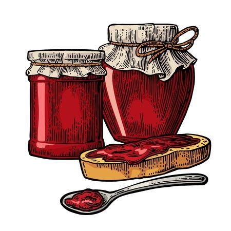 Glas mit Verpackungspapier, Löffel und Brotscheibe mit Marmelade.