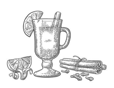 Glühwein mit Glas und Zutaten. Zimtstange, Zitrone, Nelke. Isoliert auf weißem Hintergrund. Vektor schwarze Vintage Gravur Illustration.