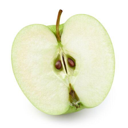 Medio camino de recortes de manzanas frescas maduras. Manzanas verdes aisladas sobre fondo blanco.