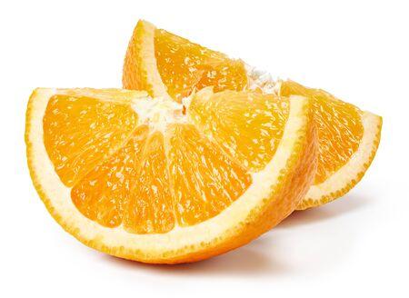 Pomarańczowe owoce kromka na białym tle. Pomarańczowa ścieżka przycinająca Zdjęcie Seryjne