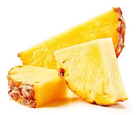 Ananas isolato su sfondo bianco. Percorso di residuo della potatura meccanica dell'ananas maturo.