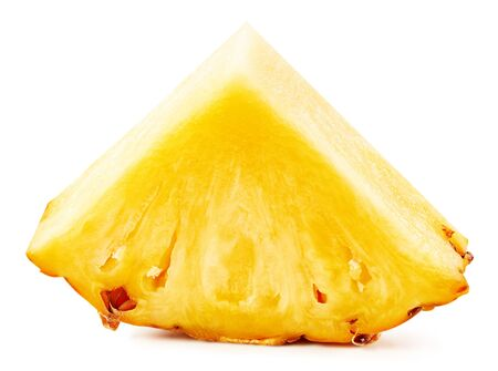 Ananas isolato su sfondo bianco. Percorso di residuo della potatura meccanica dell'ananas maturo. Archivio Fotografico