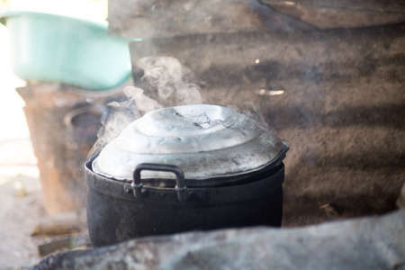 contaminacion del agua: olla est� hirviendo