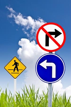 Gire a la izquierda y no girar a la derecha signo con un signo de hombre caminar Foto de archivo - 8511259