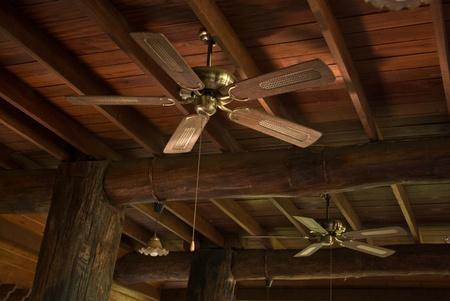 fixed line: Ventilador colgado en el techo de madera