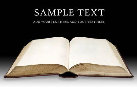 leyendo la biblia: Antiguo libro con p�gina en blanco sobre fondo de color negro