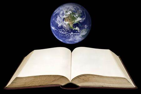 meridiano: Antiguo libro con la tierra sobre fondo negro (nubes & topografía mapas provienen de httpvisibleearth.nasa.gov)