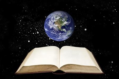 cognicion: Antiguo libro con la tierra en el �rea de espacio (nubes & topograf�a mapas provienen de httpvisibleearth.nasa.gov) Foto de archivo