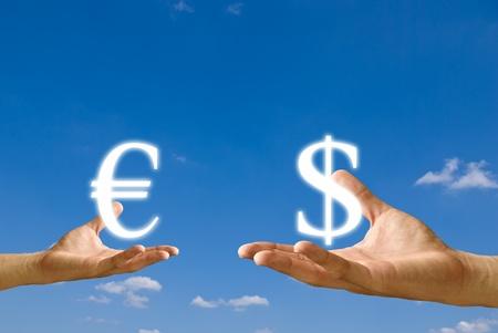 transaction: Kleine hand exchange Euro pictogram met Dollar pictogram van grote hand, Concept