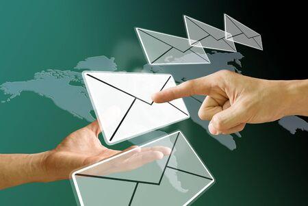 Email: Finger w�hlen Sie schieben die e-Mail vom Postboten Hand, Konzept