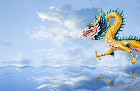 물결: 골든 드래곤이 멋진 하늘 배경으로 바다 위로 비행, 판타지 개념