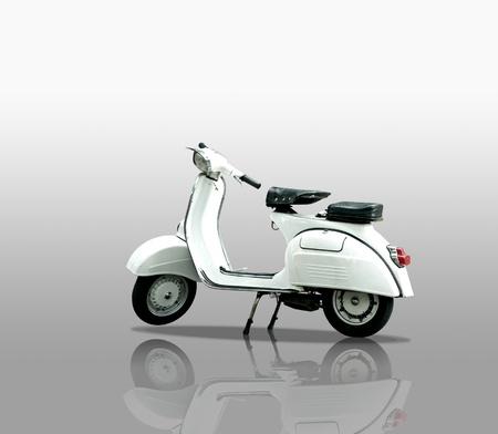 Retro scooter op een witte achtergrond