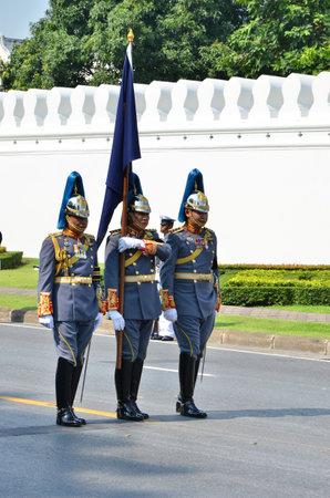 cavalryman: BANGKOK, Tailandia - 09 de abril: Cavalryman llevar a marchar la bandera el 9 de abril de 2012 en el funeral real de SAR la Princesa de Tailandia Bejaratana Rajasuda Editorial