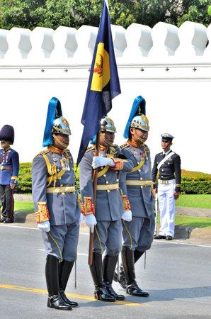 cavalryman: BANGKOK, Tailandia - 09 de abril: Cavalryman llevar a marchar la bandera del 9 de abril de 2012 en The Funeral Real de Su Alteza Real la Princesa de Tailandia Bejaratana Rajasuda Editorial