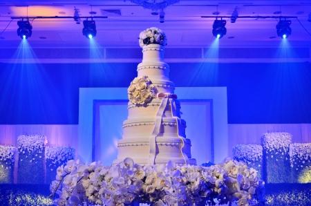 c�r�monie mariage: Un g�teau de mariage avec l'�clairage de sc�ne dans la c�r�monie de mariage Banque d'images