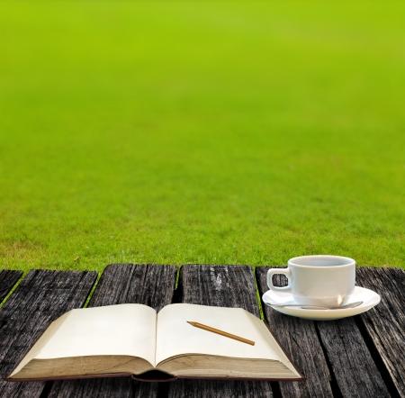 Rust voor te schrijven op notaboek en drinken hete koffie op de tuin