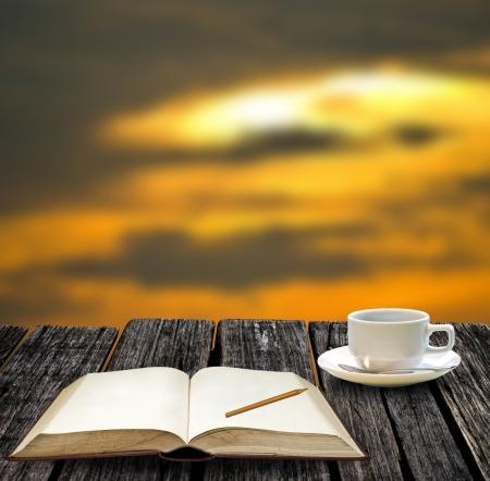 note book: Riposo per scrivere sul quaderno e bere il caff� caldo con vista sul tramonto