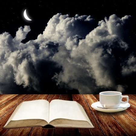 Open boek en koffie te drinken 's nachts, Lees begrip