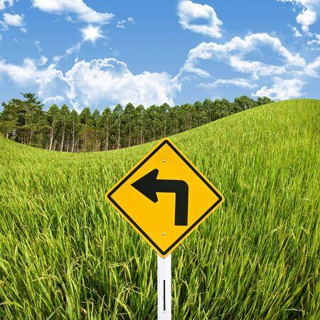 turn left: Girare a sinistra con segno campo di riso, di viaggio nel concetto di campagna