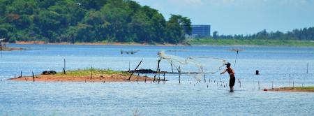 fischerei: Ein lokaler Fischer warf einen net in See, Binnenfischerei
