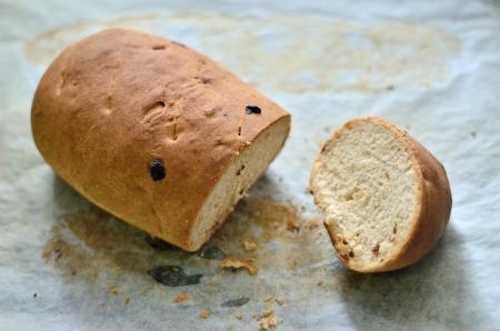 トレイに自家製レーズンパン 写真素材